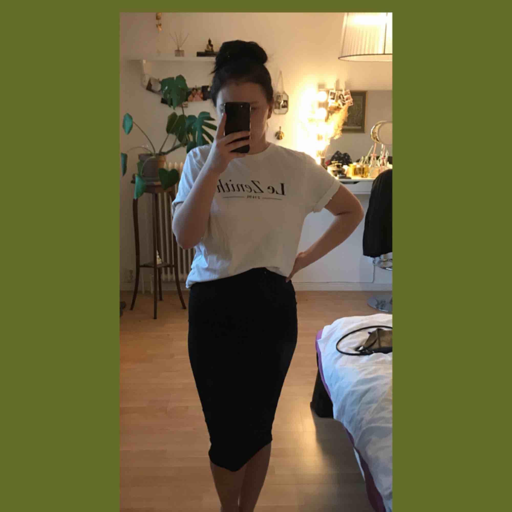 Vit nästan oanvänt T-shirt från WESC. Storlek M från killavdelningen men passar alla från XS till M. T-shirts.