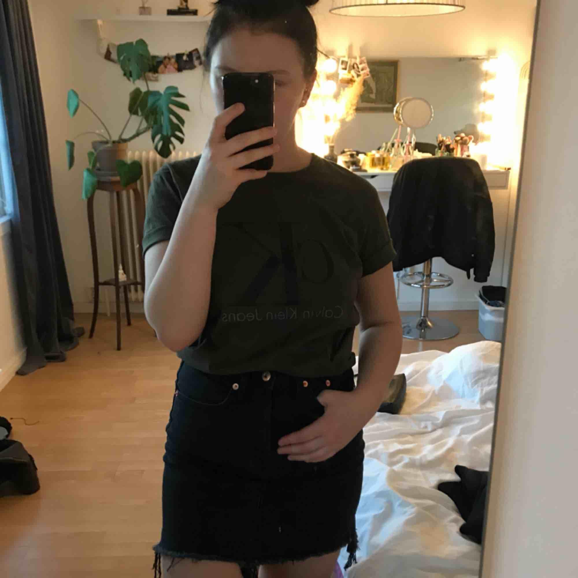 Oanvänd Calvin Klein T-shirt i storlek L. Passar även en M och S, skulle säga att jag är en S.💛. T-shirts.