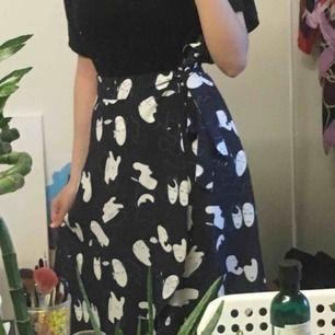 Fin kjol från monki, används en gång. Frakt ingår 50kr!!