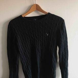 Info: Gant tröja i väldigt fint skick, köpt för 890kr. Säljer för att jag inte använder längre. Färg och utseende: Marinblå med gant märke på vänster bröst   FRAKT INGÅR I PRISET