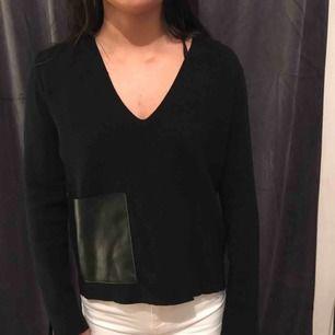 Svart tröja från Zara med en fusk skinnficka på. Storlek s men den passar mig som brukar ha XS. köparen betalar frakten och betalningen skrev via swish☺️