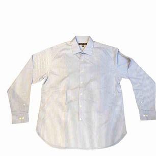 Säljer denna riktigt snygga skjorta från Michael Kors. Skjortan är endast använd cirka 3 gånger