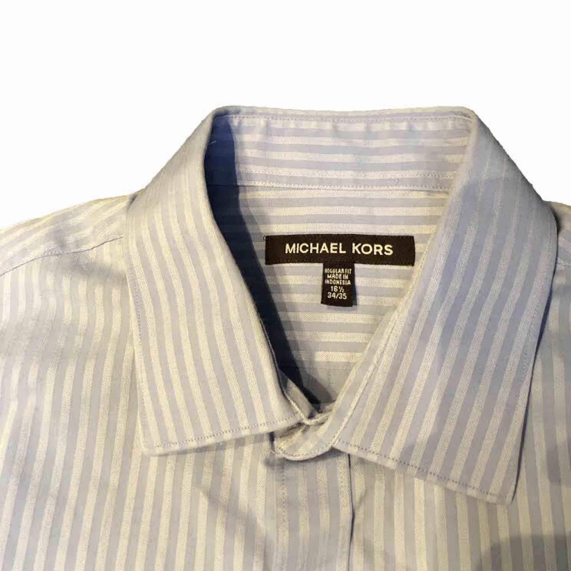 Säljer denna riktigt snygga skjorta från Michael Kors. Skjortan är endast använd cirka 3 gånger . Skjortor.