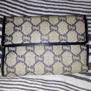 Äkta vintage blå plånbok fr kollektionen Gucci plus, inköpt i Italien på 80-talet, lite bruksslitage i kanten men annars i perfekt skick, säljer billigt istället för att den ligger i en låda  Frakt 39kr