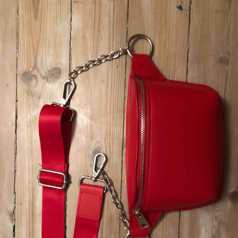 Fin röd midjeväska i fejkläder men kedjedetaljer. Köpt på berska men bara använd en gång:). Väskor.
