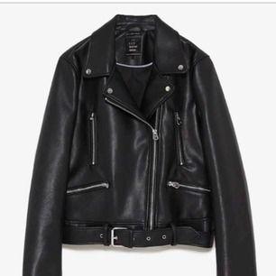 HEJ! Finns det någon fin ängel som säljer denna MODELLEN från Zara, skinnjacka? Precis samma modell som båda bilderna! Väldigt intresserad, hör gärna av dig då! 🌸 söker i S eller M