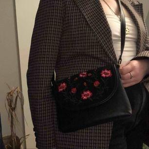 Gullig väska med broderade blommor. Köparen står för frakt eller möts i Gävle:)