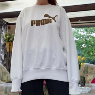 Puma perfekt vintage tjocktröja i stl M herr skulle jag gissa. Funkar bra oversize på mig som har XS. Vit med brun logo. Frakt 63 kr.