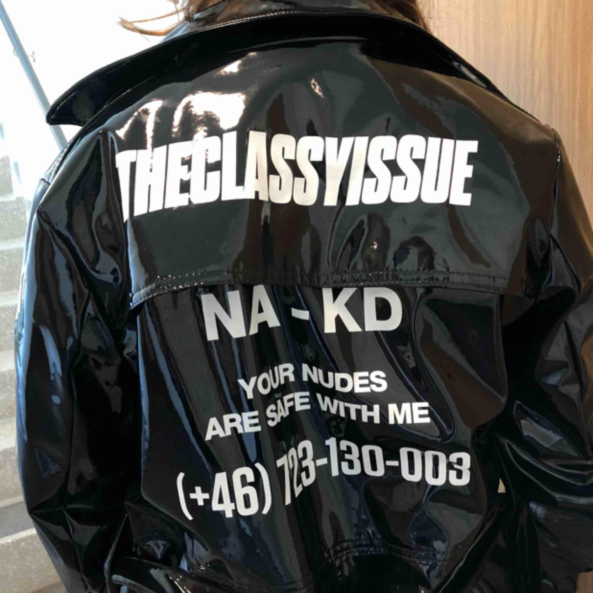 Lackjacka från NAKD/the classy issue. Köptes för 750 kronor. Tar endast swish, frakt kan diskuteras☺️. Jackor.