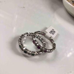 Två ringar i silver från Amazon nya En i grön  Och andra i rosa