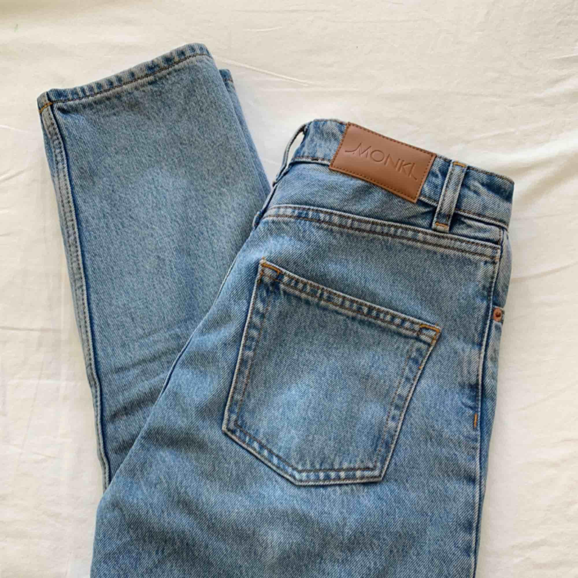 Ljusblå jeans från Monki i modellen Kimono. Knappt använda och bra skick. Sitter bra i längden på någon runt 160 cm. Frakten ingår i priset! Kontakta mig om ni vill ha fler bilder eller mer info!. Jeans & Byxor.