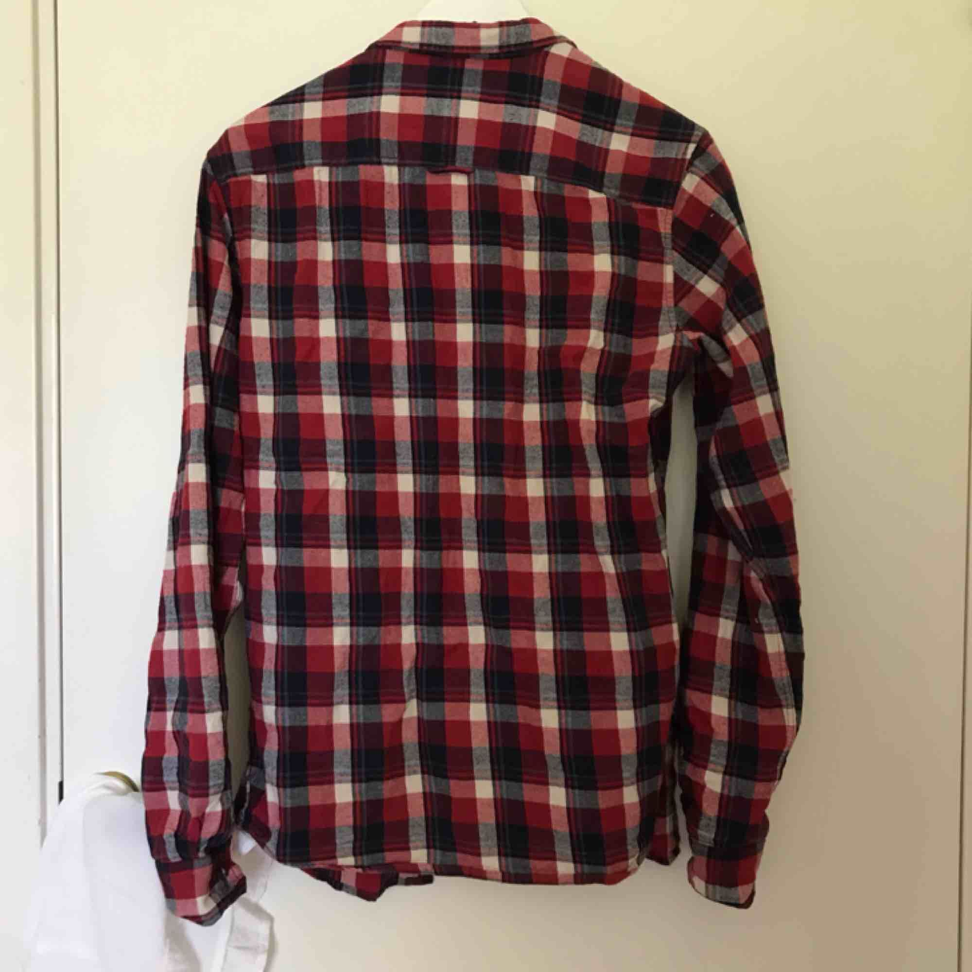 röd-blårutig skjorta från lager 157, i begagnat skick, +40kr frakt, hör gärna av er om ni har frågor eller vill ha fler bilder🖤. Tröjor & Koftor.