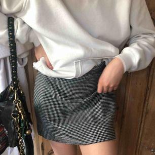 En kort kjol från And Other Stories. Med ett svartvitt rutigt mönster. Helt oanvänd. Bra kvalite och i 100% nyskick.