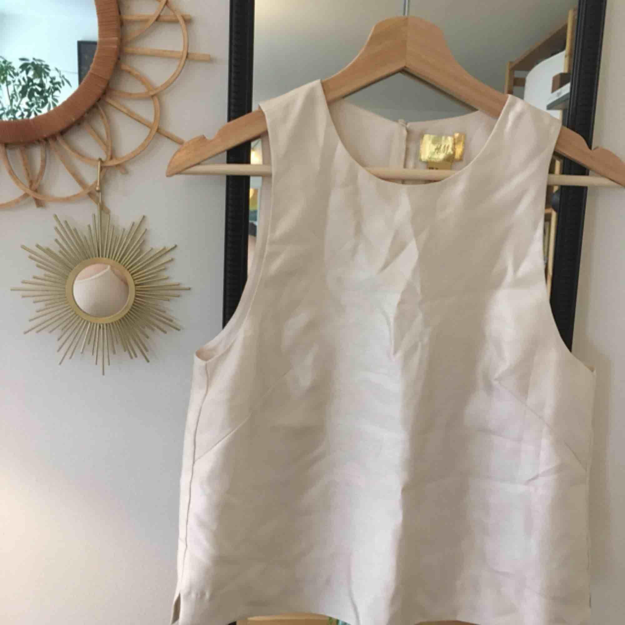 Glansig vit top från HM, mycket classy med shorts eller kjol 👌🏻💫 aldrig använd för den är lite för liten för mig. Kan mötas upp i stockholm eller så står köparen för frakt. Toppar.
