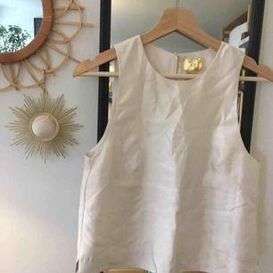 Glansig vit top från HM, mycket classy med shorts eller kjol 👌🏻💫 aldrig använd för den är lite för liten för mig. Kan mötas upp i stockholm eller så står köparen för frakt