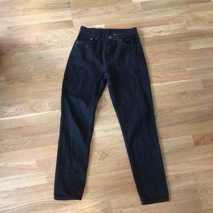 Svarta mom-jeans från HM. Är för små på mig tyvärr. Kan mötas upp i Stockholm eller skicka, köparen står för frakt 💫
