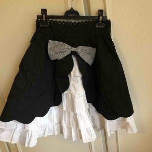En högmidjad kjol köpt för ca 400kr från Milanoo. Den är i gott skick. Lite skrynklig och har två fläckar (se bild 3) men som går bort i tvätten ☺️ Frakt ingår i priset men kan även mötas upp i Arvika/Karlstad 💫 betalning sker via Swish eller kontant!