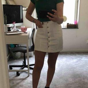Jättesöt vit kjol med fickor fram! Använd en gång.