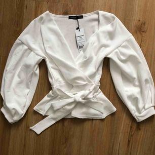 Jättefin vit blus från boohoo som kan knytas i midjan, säljer den då den tyvärr aldrig har kommit till användning✨ i nyskick✨ frakt är inkluderat i priset!
