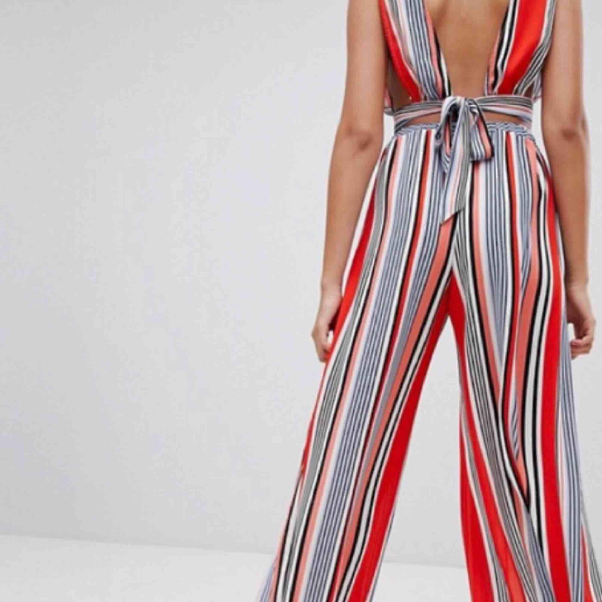 ASOS set! Säljes tillsammans topp + byxa 😍👌🏻i stl 34, köparen står för frakten. Jeans & Byxor.