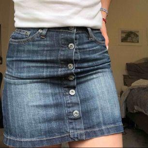 En kjol ifrån JC, väl använd men är i väldigt fint skick!