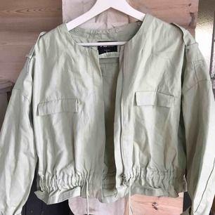 Helt ny jacka köpt förra året, men tyvärr aldrig använts. Skulle säga att den passar mellan XS-L beroende på hur man vill ha den.  Köparen står för frakt (: