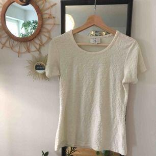 Vit t-shirt med knottrigt mönster 🌸 köpt second hand men är från Cubus. Kan mötas upp i stockholm eller skicka, köparen står för frakt 💫