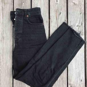 Svarta mom-jeans från hm.  Köparen står för frakt (: