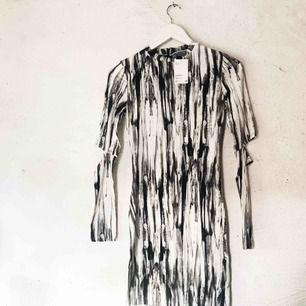 """Cool klänning från H&M med """"cut outs"""" på armbågarna. Aldrig använd, prislapp kvar. Frakt tillkommer 🌹"""