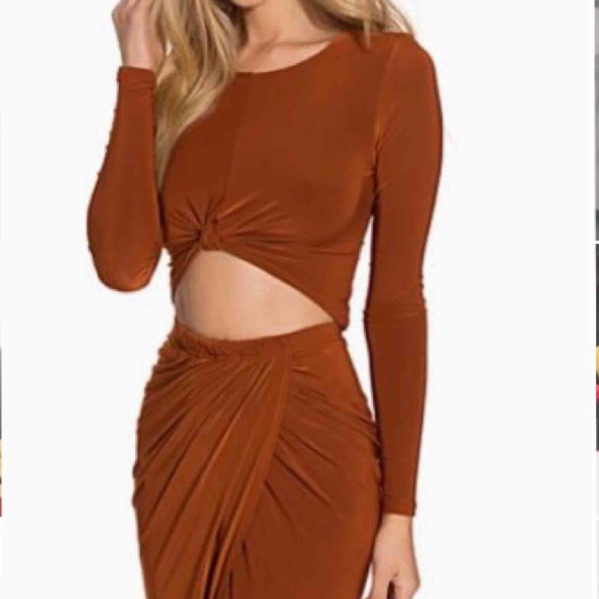 Ett rostfärgatset (topp + kjol) ifrån CLUB L säljes tillsammans :) Köparen står för frakten. Klänningar.