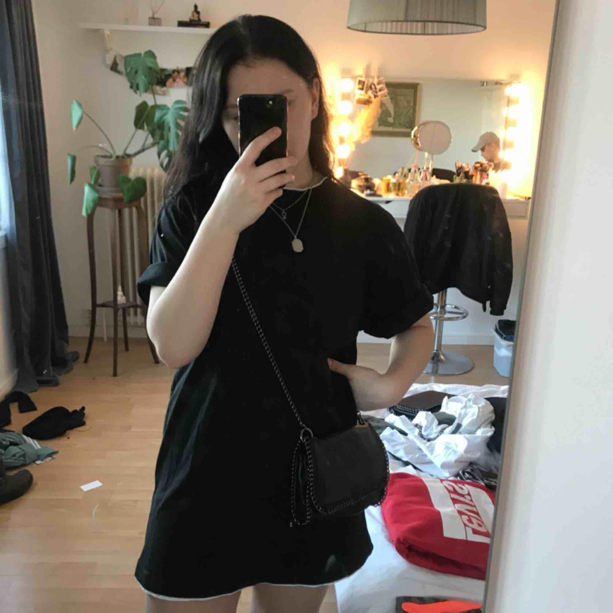 En skitsnygg T-shirtklänning i stork L från Urban Classics. Storleken är L från killavdelningen för att det skulle bli en klänning så passar alla från XS till L 🧡🧡. T-shirts.