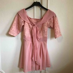 En söt jumpsuit i rosa ☺️ det är byxor under kjolen (se bild 3) och är därför väldigt bekväm att ha på sig. Den passar XS/S skulle jag säga 🌸 Frakt ingår i priset men kan även mötas upp i Arvika/Karlstad 🌈 betalning sker via Swish eller kontant!