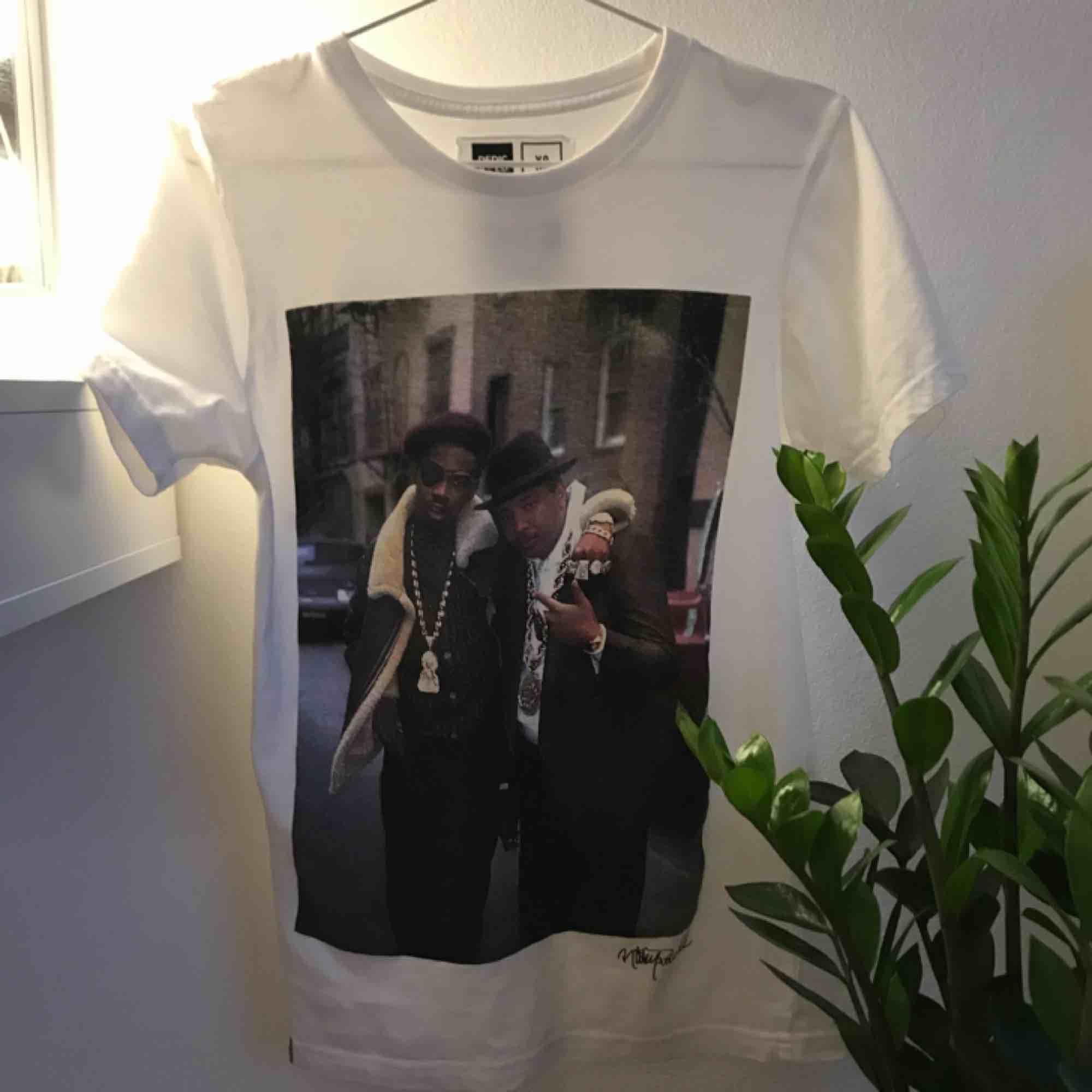Skitsnygg T-shirt med ett coolt tryck. Från märket dedicated i storlek XS men passar även en S (jag är en S). T-shirts.