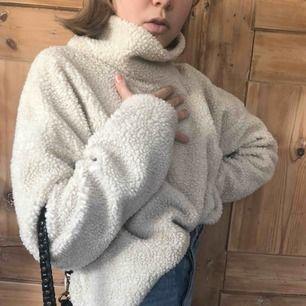 Tjocktröja i ull från Weekday. Bra kvalite och inte alls stickig innuti då den har ett mjukt super skönt tyg.