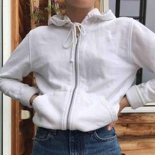 Vit hoodie/munkjacka från hm.  Köparen står för frakt (: