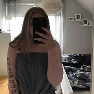 Långärmad hollister tröja med text på armen. Aldrig använd