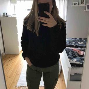 Militärgröna byxor med fickor på sidan. Vet inte vilket märke det är men väldigt stretchiga.