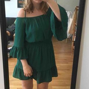 Grön klänning från HM, perfekt för sommarfester 🌻 Kan mötas upp i Stockholm eller skicka, köpare står för frakt 💫