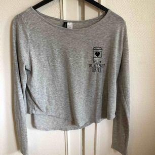 En tröja/lång croptop från H&M i gott skick. Är en ganska stor S så passar även M ☺️ Frakt ingår i priset men kan även mötas upp i Arvika/Karlstad 🌈 betalning sker via Swish eller kontant!