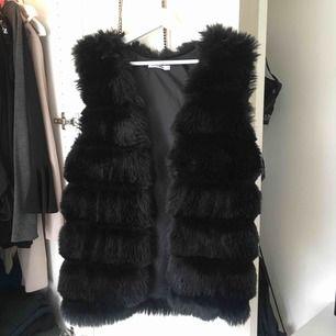 Superfin faux fur pälsväst, knappt använd! Storlek M/L men är liten i storlek så passar S och M bra
