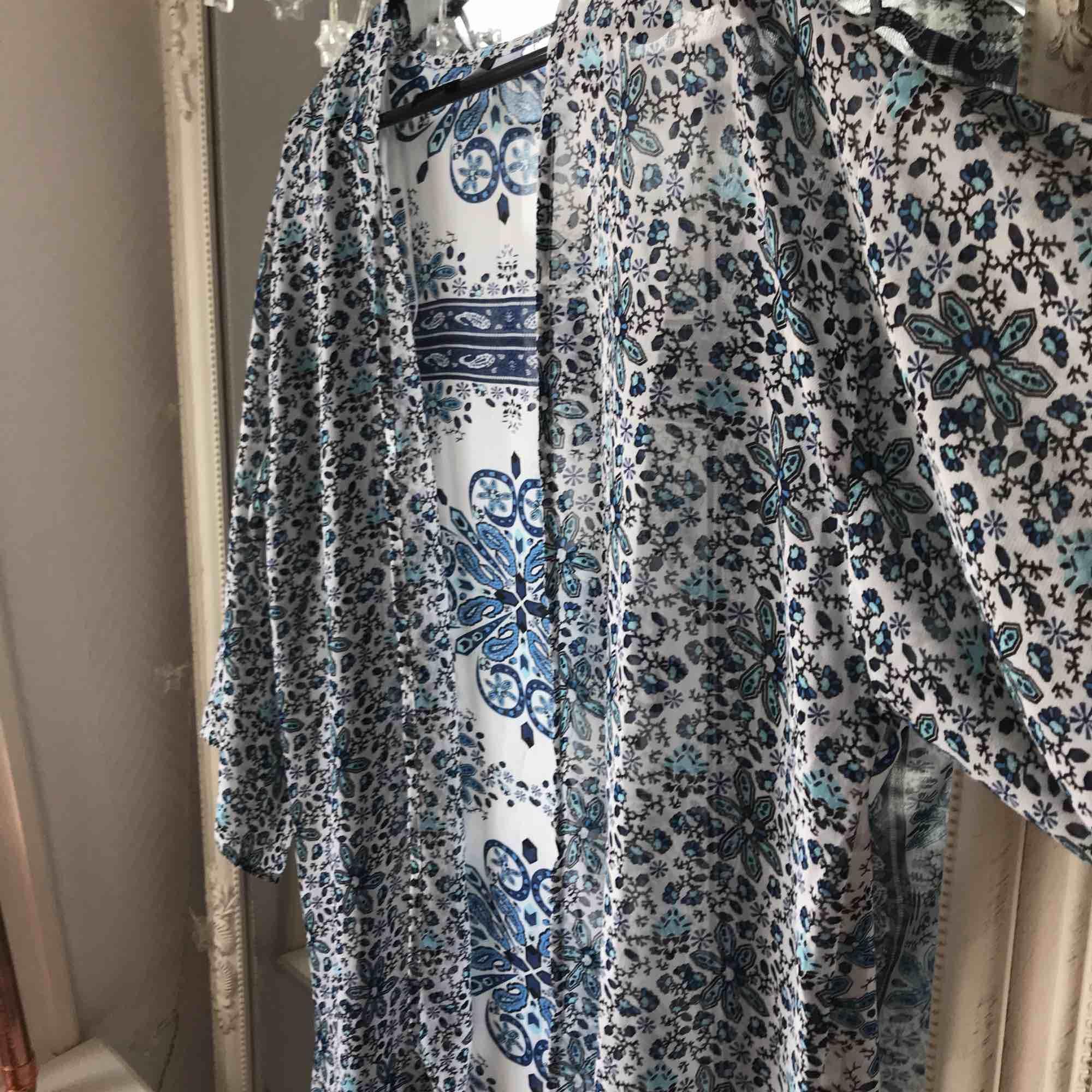 Genomskinlig kimono. Jättefin nu till våren och sommarn. Köparen står för frakten ☺️. Tröjor & Koftor.