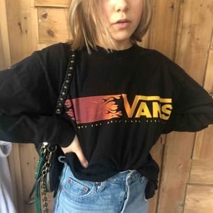 Långarmad tröja från Vans som passar antingen bra på medium men funkar också som oversized på en mindre person (bilden). 🔥🔥🔥