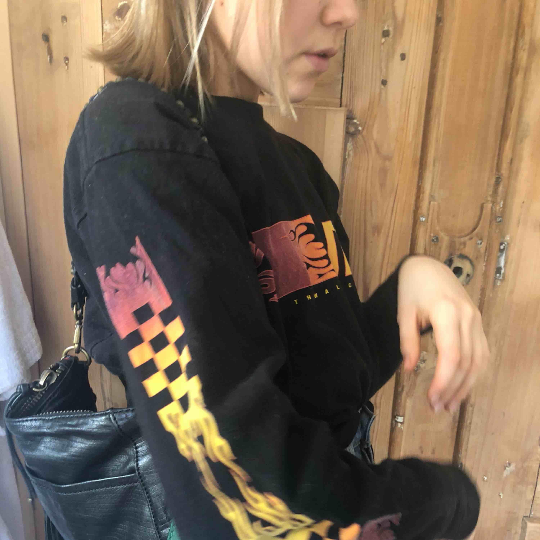 Långarmad tröja från Vans som passar antingen bra på medium men funkar också som oversized på en mindre person (bilden). 🔥🔥🔥. Tröjor & Koftor.