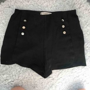 Shorts med elastiskt band runt midjan. Tyget har trådat lite vilket man kan se på bild 2 och 3