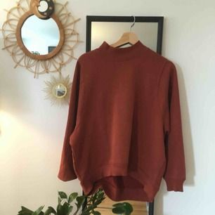 Orange/rostbrun tjocktröja från Monki. 🌹oversized i ärmarna. Kan mötas upp i stockholm eller skicka, köparen står för frakt 💫