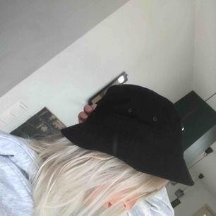 Säljer en helt ny svart bucket hat! Skitball! Säljer för att den var liiite för liten för mitt huvud...