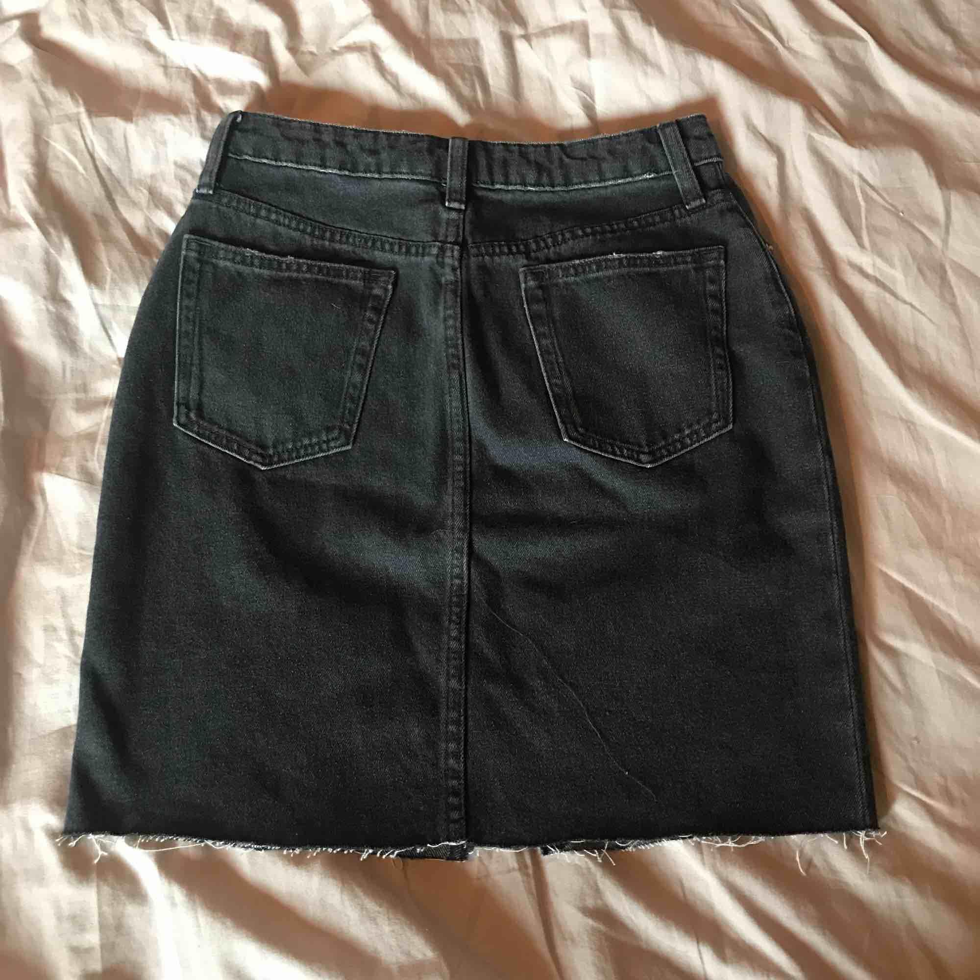 Snygg jeanskjol från HM, aldrig använd Köparen står för frakt⭐️. Kjolar.
