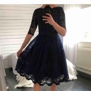 Superfin festklänning! Mörkblå med fina detaljer. Använd 1 gång, frakt ingår.