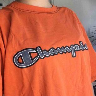 Orange Champion t-shirt köpt på Humana! Jättehärlig och mysig🥰 Kan även användas som klänning! Jag brukade knyta den eller stoppa i den i byxorna. Frakt ej inkl.