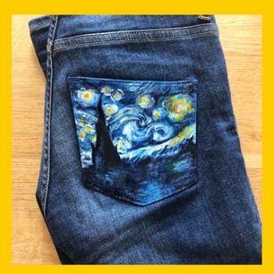 Ett par mörkblå tighta jeans från Monki i modellen Mocki med en handmålad van gogh inspererad backficka! Mellanhöga i midjan och lite längre i benen (se bild 2&3) Frakt: 45kr